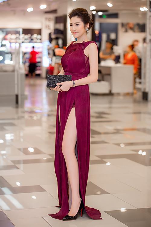 Váy xẻ cao vút - món đồ bị chê phản cảm nay đã ra ngõ là gặp với sao Việt-7