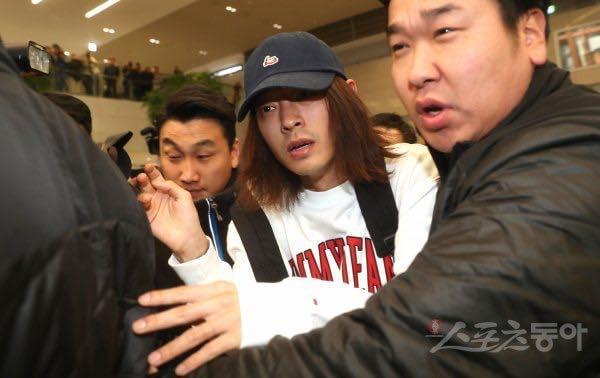 Khổ lây vì bê bối Seungri Big Bang: Nam ca sĩ phát tán clip sex mặt mũi tiều tụy, bị bao vây khi vừa đặt chân về Hàn Quốc-4