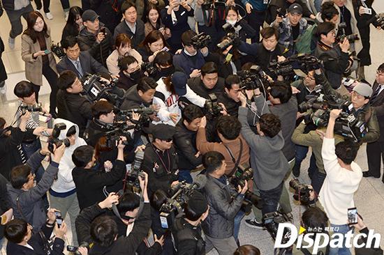 Khổ lây vì bê bối Seungri Big Bang: Nam ca sĩ phát tán clip sex mặt mũi tiều tụy, bị bao vây khi vừa đặt chân về Hàn Quốc-9