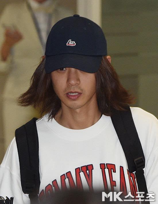 Khổ lây vì bê bối Seungri Big Bang: Nam ca sĩ phát tán clip sex mặt mũi tiều tụy, bị bao vây khi vừa đặt chân về Hàn Quốc-10
