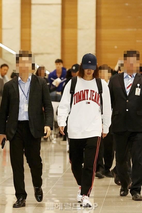 Khổ lây vì bê bối Seungri Big Bang: Nam ca sĩ phát tán clip sex mặt mũi tiều tụy, bị bao vây khi vừa đặt chân về Hàn Quốc-11