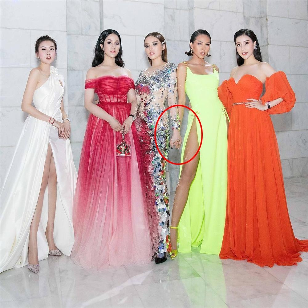 Minh Triệu nhờ dân mạng giải mã chiếc váy xẻ sâu hoắm, kết quả ai nấy hốt hoảng vì nhìn rõ siêu mẫu lộ hết rồi-11
