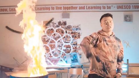 Vụ rapper bị tố vào trường Ams đốt sách vở: Con trai tổ trưởng tổ bảo vệ là người đưa ekip quay MV vào phòng học-2