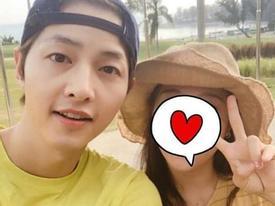Dân mạng nháo nhào khi thấy Song Joong Ki chụp ảnh cùng cô gái che mặt bằng trái tim nhưng không phải Song Hye Kyo