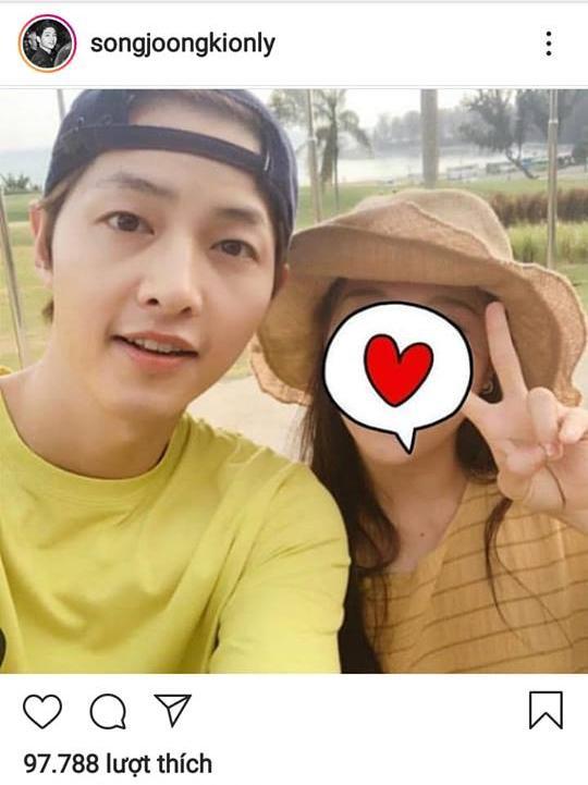 Dân mạng nháo nhào khi thấy Song Joong Ki chụp ảnh cùng cô gái che mặt bằng trái tim nhưng không phải Song Hye Kyo-1