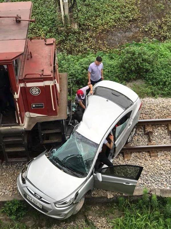 Lại tai nạn ở Hải Dương: Tàu hỏa húc văng ô tô, 2 người chết-1