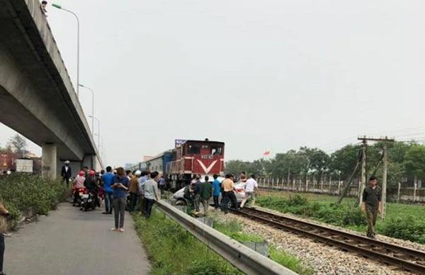 Lại tai nạn ở Hải Dương: Tàu hỏa húc văng ô tô, 2 người chết-3
