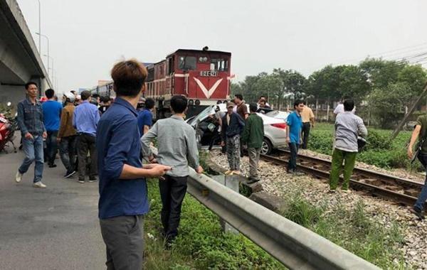 Lại tai nạn ở Hải Dương: Tàu hỏa húc văng ô tô, 2 người chết-4