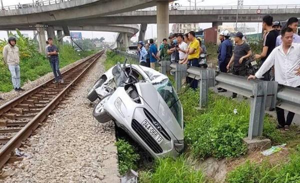Lại tai nạn ở Hải Dương: Tàu hỏa húc văng ô tô, 2 người chết-5
