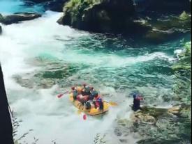 Du khách gào thét khi chèo thuyền qua phiên bản 'thác Tây Du Ký'