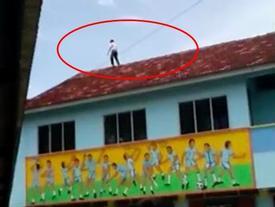 Tỏ tình thất bại, nam sinh 13 tuổi trèo lên nóc nhà đòi tự tử nhưng bức thư tuyệt mệnh để lại mới gây sốc