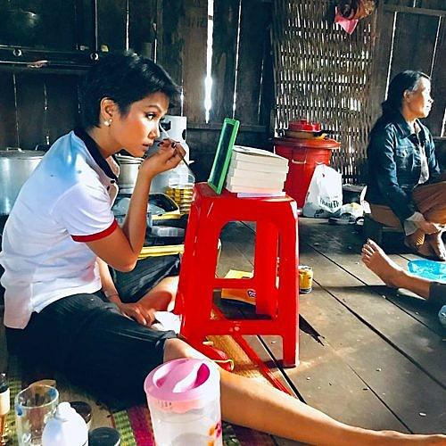 Một mình họa mặt vì không có ê-kip hỗ trợ, Hhen Niê vẫn khiến fan phát cuồng khi trình làng tuyệt tác cô Hen-3