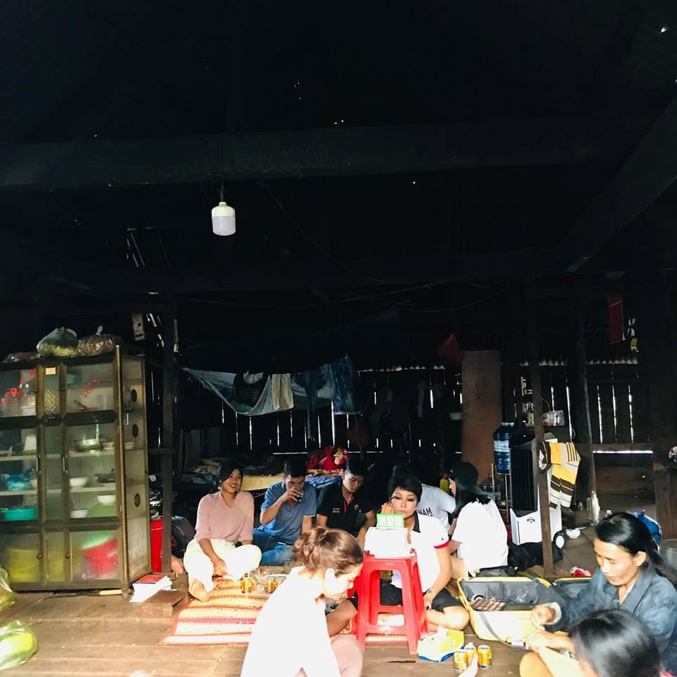 Một mình họa mặt vì không có ê-kip hỗ trợ, Hhen Niê vẫn khiến fan phát cuồng khi trình làng tuyệt tác cô Hen-4