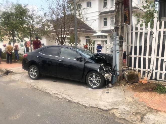 CLIP SỐC: Gây tai nạn liên hoàn, thanh niên xăm trổ vẫn lắc lư theo nhạc khi ngồi trong ô tô đầu nát bét-1