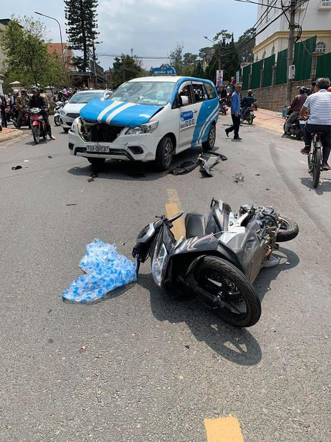 CLIP SỐC: Gây tai nạn liên hoàn, thanh niên xăm trổ vẫn lắc lư theo nhạc khi ngồi trong ô tô đầu nát bét-2