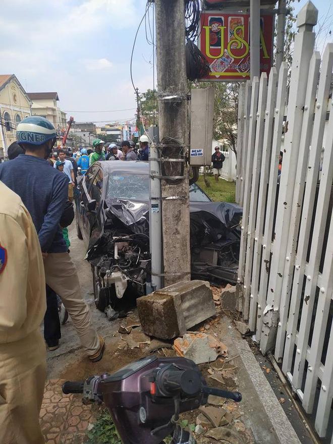 CLIP SỐC: Gây tai nạn liên hoàn, thanh niên xăm trổ vẫn lắc lư theo nhạc khi ngồi trong ô tô đầu nát bét-3