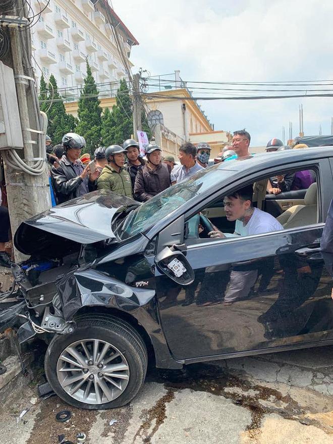 CLIP SỐC: Gây tai nạn liên hoàn, thanh niên xăm trổ vẫn lắc lư theo nhạc khi ngồi trong ô tô đầu nát bét-4
