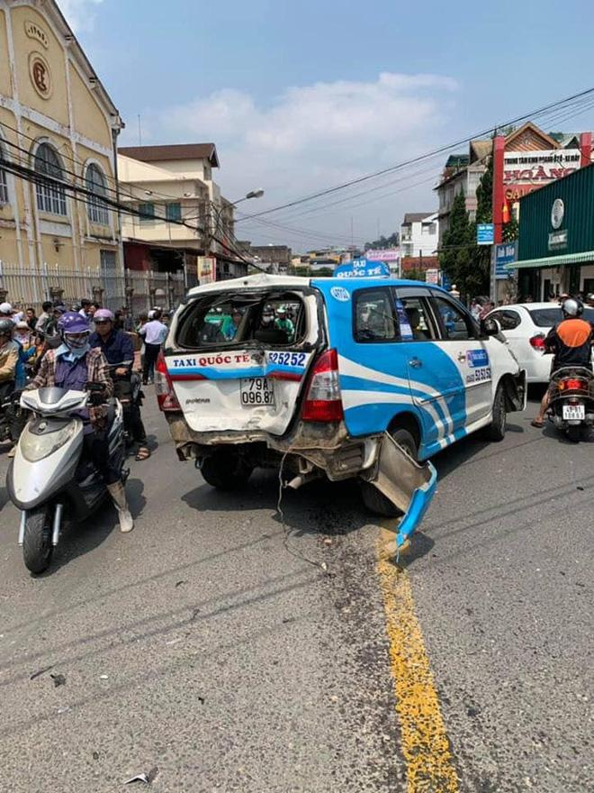 CLIP SỐC: Gây tai nạn liên hoàn, thanh niên xăm trổ vẫn lắc lư theo nhạc khi ngồi trong ô tô đầu nát bét-5