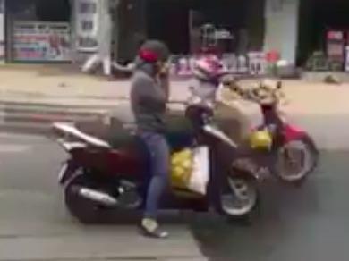 Người phụ nữ Sài Gòn bị ném đá vì dừng xe nghe điện thoại giữa đường-1