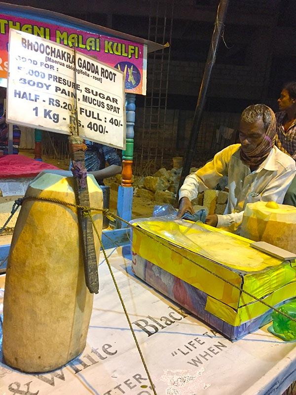 Loại củ kỳ lạ to như khúc gỗ được bán ngập tràn và cực đắt hàng trên đường phố Ấn Độ-2