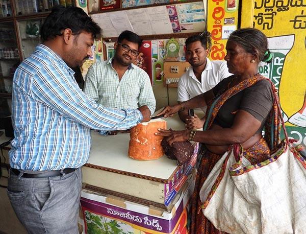 Loại củ kỳ lạ to như khúc gỗ được bán ngập tràn và cực đắt hàng trên đường phố Ấn Độ-3
