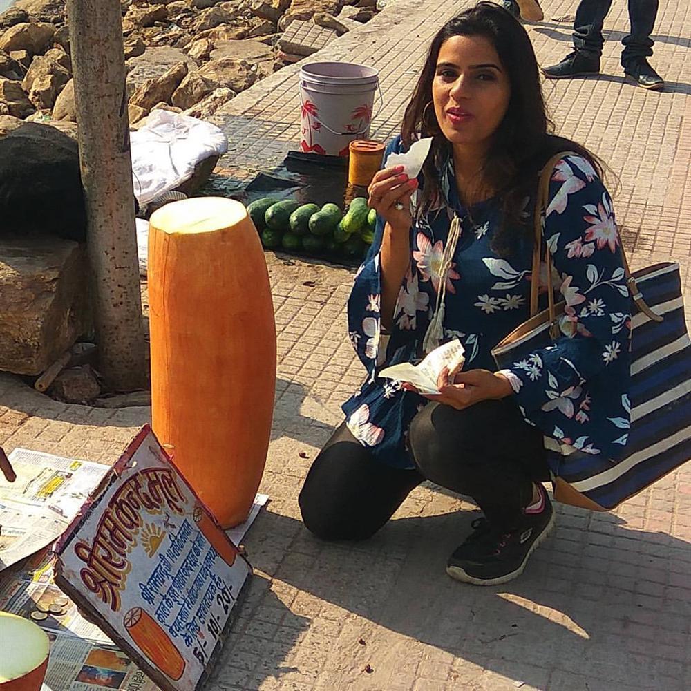 Loại củ kỳ lạ to như khúc gỗ được bán ngập tràn và cực đắt hàng trên đường phố Ấn Độ-6