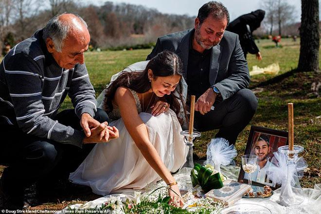 Cô dâu trẻ mặc váy cưới đến thăm hôn phu tại nghĩa trang-3