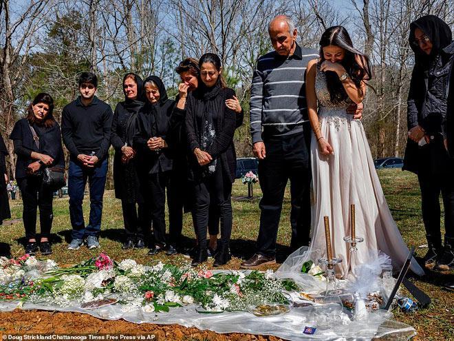 Cô dâu trẻ mặc váy cưới đến thăm hôn phu tại nghĩa trang-5