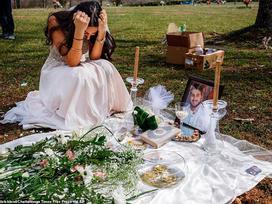 Cô dâu trẻ mặc váy cưới đến thăm hôn phu tại nghĩa trang