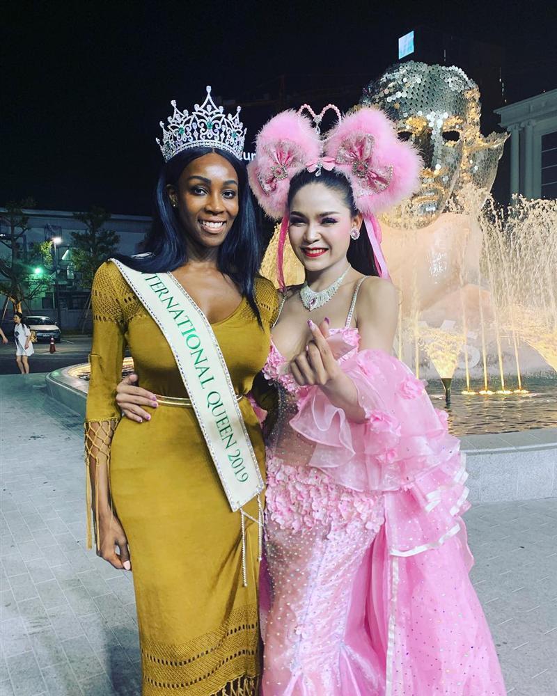 Đăng quang Hoa hậu Chuyển giới 2019, bom sex nước Mỹ trở nên kín đáo lạ thường nhưng vòng 1 vẫn không ngừng gây ngộp thở-6