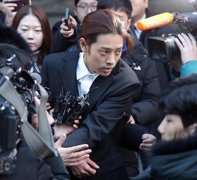 Jung Joon Young nộp 3 điện thoại nhưng cảnh sát vẫn đột nhập nhà riêng-1