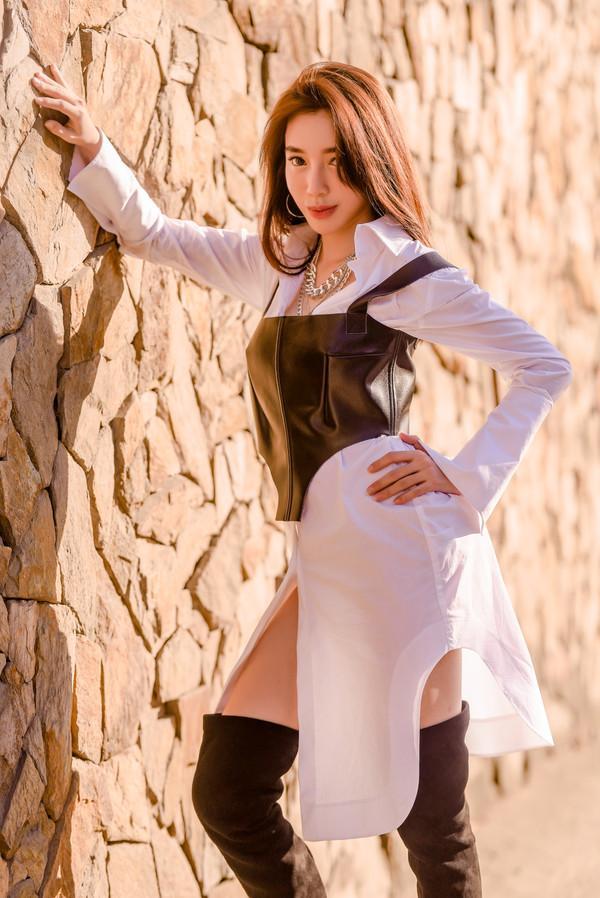 Bà mẹ 2 con Elly Trần chỉ cần mặc áo sơ mi cũng khiến nhiều người thầm ghen tị-3