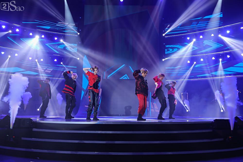 Nhóm nhạc đa quốc tịch có thành viên Việt Nam không lép vế khi đứng cùng sân khấu với loạt tên tuổi lớn-1