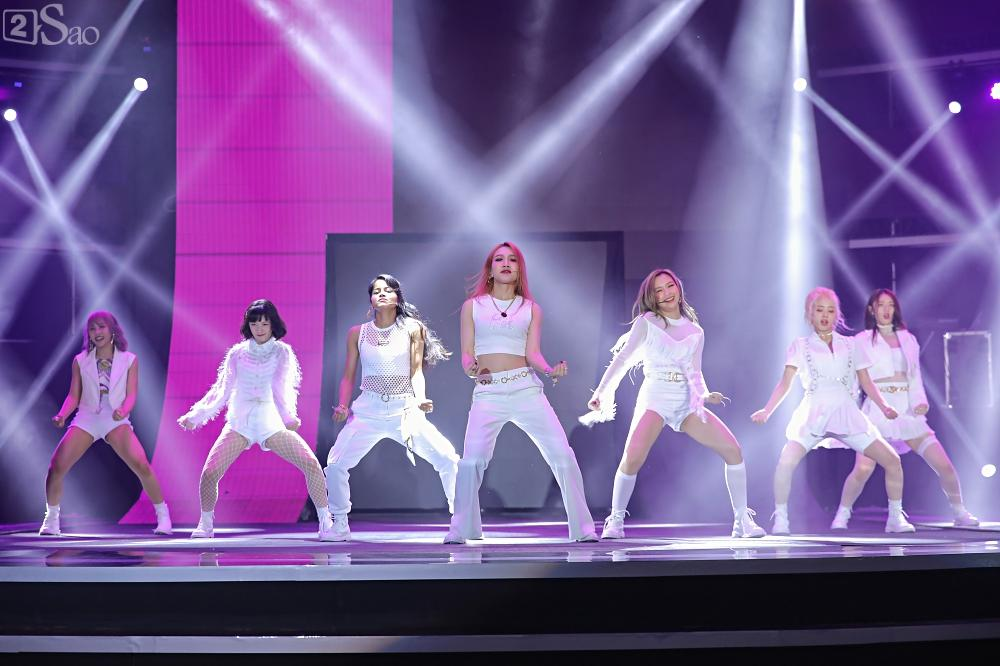 Nhóm nhạc đa quốc tịch có thành viên Việt Nam không lép vế khi đứng cùng sân khấu với loạt tên tuổi lớn-3