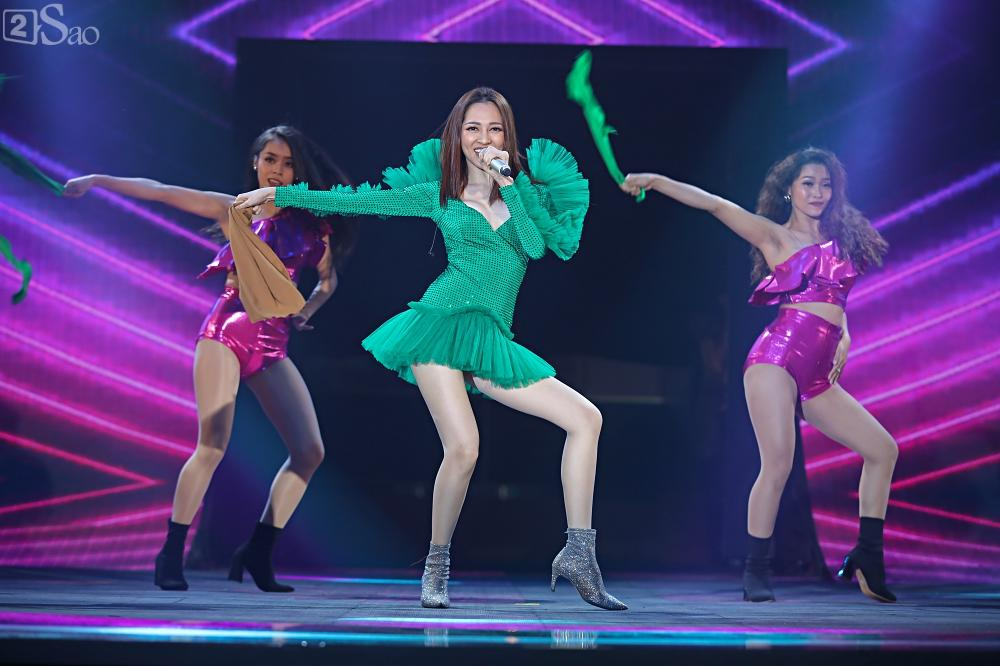 Nhóm nhạc đa quốc tịch có thành viên Việt Nam không lép vế khi đứng cùng sân khấu với loạt tên tuổi lớn-17