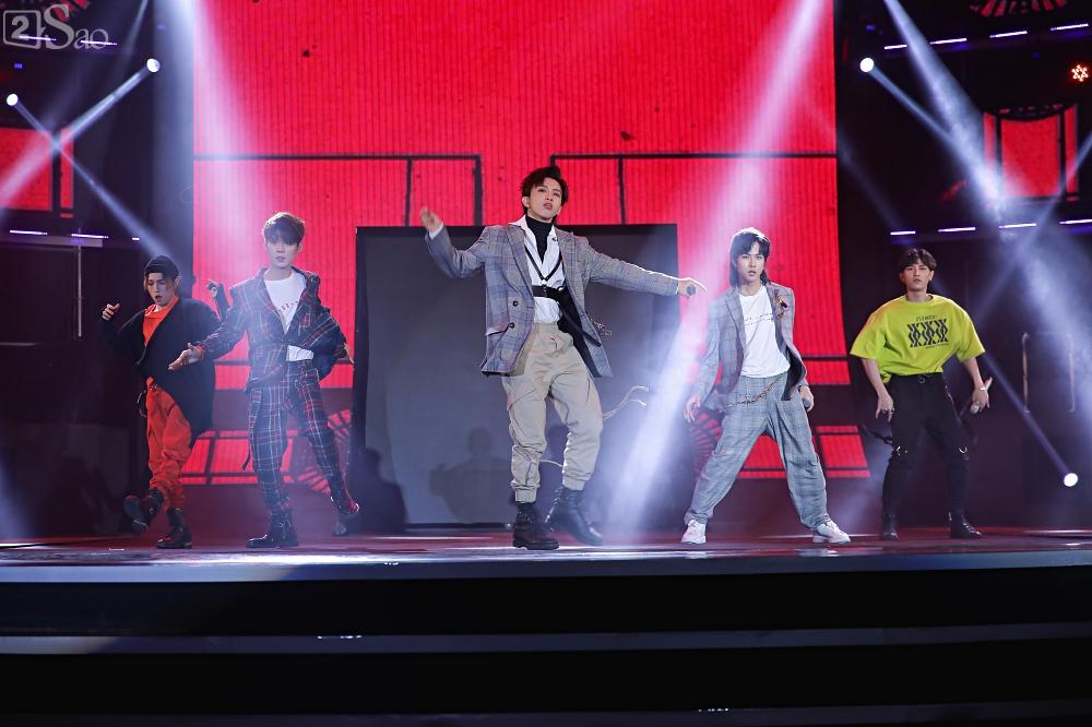 Nhóm nhạc đa quốc tịch có thành viên Việt Nam không lép vế khi đứng cùng sân khấu với loạt tên tuổi lớn-10