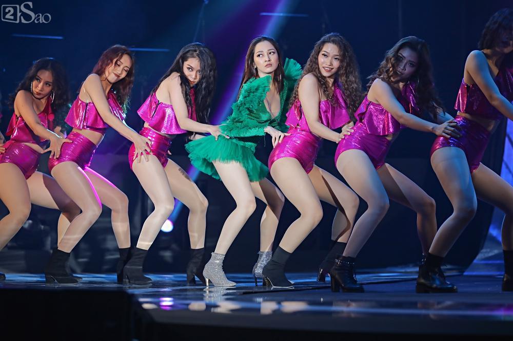 Nhóm nhạc đa quốc tịch có thành viên Việt Nam không lép vế khi đứng cùng sân khấu với loạt tên tuổi lớn-18