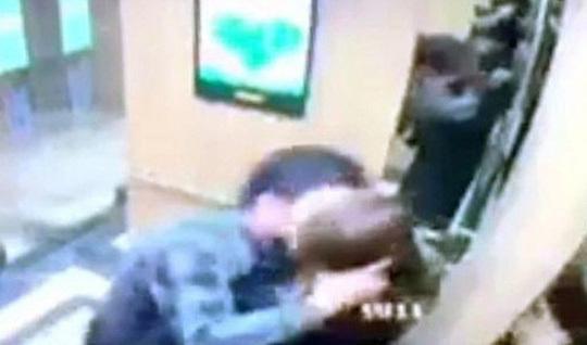 Sợ bị đánh, kẻ cưỡng hôn nữ sinh trong thang máy hoãn xin lỗi-1
