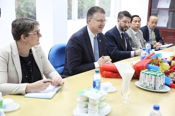 Đại sứ Mỹ tới thăm nhà máy sữa Vinamilk-1