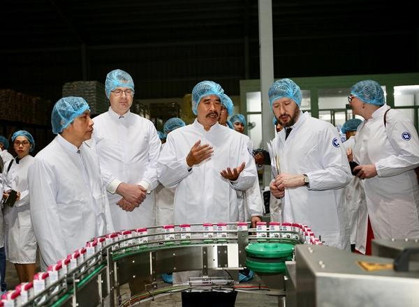 Đại sứ Mỹ tới thăm nhà máy sữa Vinamilk-3