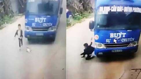 GÓC THẦN CHẾT NGỦ QUÊN: Hú hồn nhìn bé trai bị xe khách đâm trúng, 5 giây cuối đứng dậy đi như thường-2