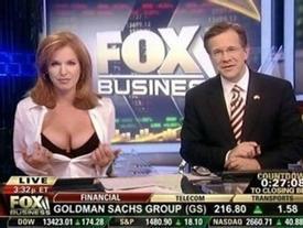 MC truyền hình từ mặc gợi cảm đến gần như nude để tôn trọng 'tin tức, sự thật'