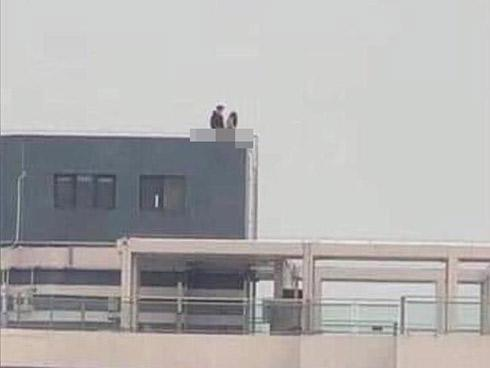Lại thêm cặp đôi vô tư diễn cảnh nóng trên sân thượng nhà cao tầng khiến người xem thốt lên đã phản cảm còn nguy hiểm