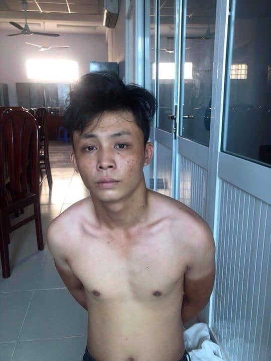 CLIP KHÓ TIN: Người đàn ông tung cước đá tên cướp đang phi xe máy ngã văng ra đường-3