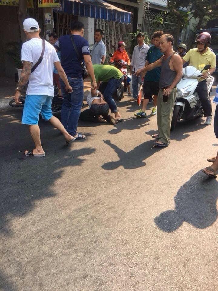 CLIP KHÓ TIN: Người đàn ông tung cước đá tên cướp đang phi xe máy ngã văng ra đường-1