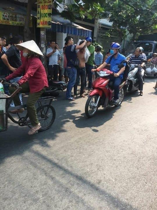 CLIP KHÓ TIN: Người đàn ông tung cước đá tên cướp đang phi xe máy ngã văng ra đường-2
