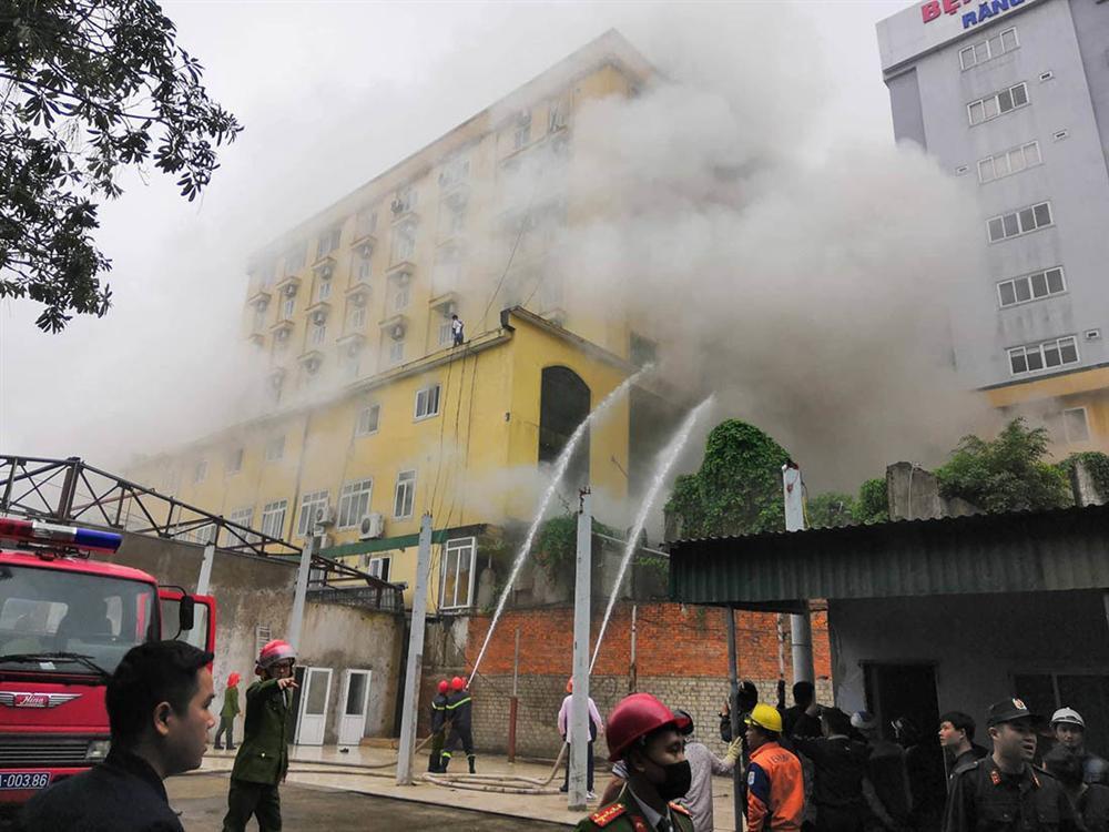 Cháy quán karaoke lớn nhất TP Vinh, nữ nhân viên chết ở nhà vệ sinh-7