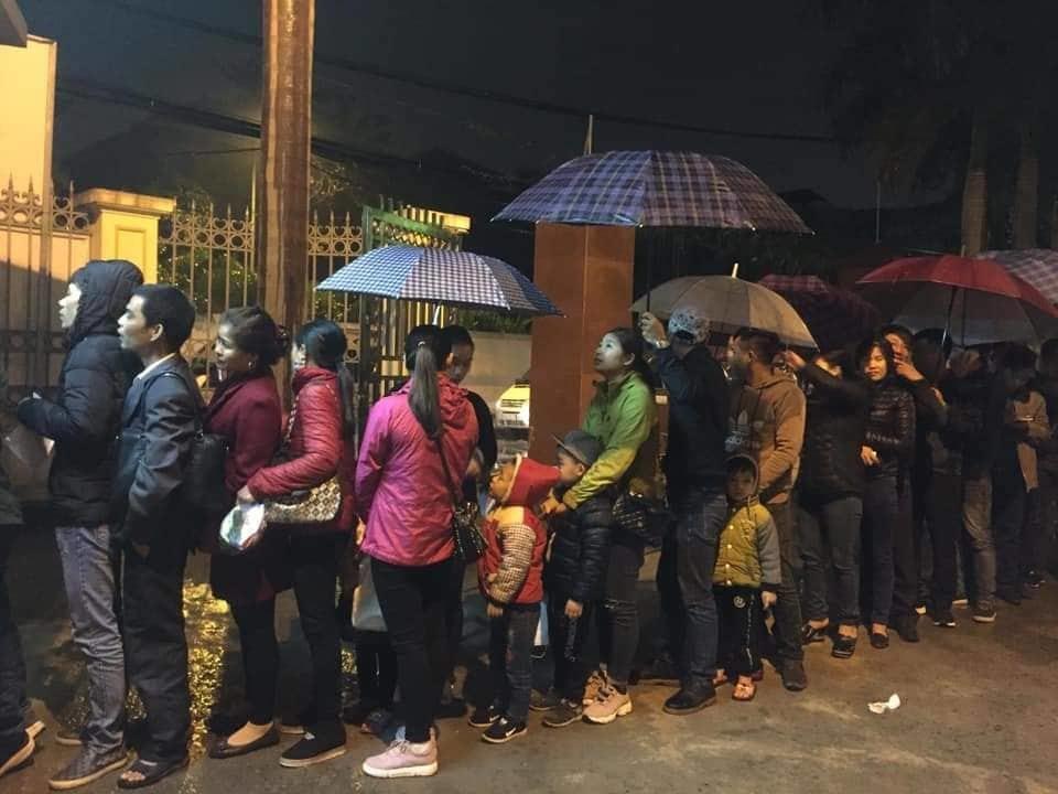 700 gia đình đội mưa, xếp hàng từ 3h sáng chờ xét nghiệm sán lợn-1