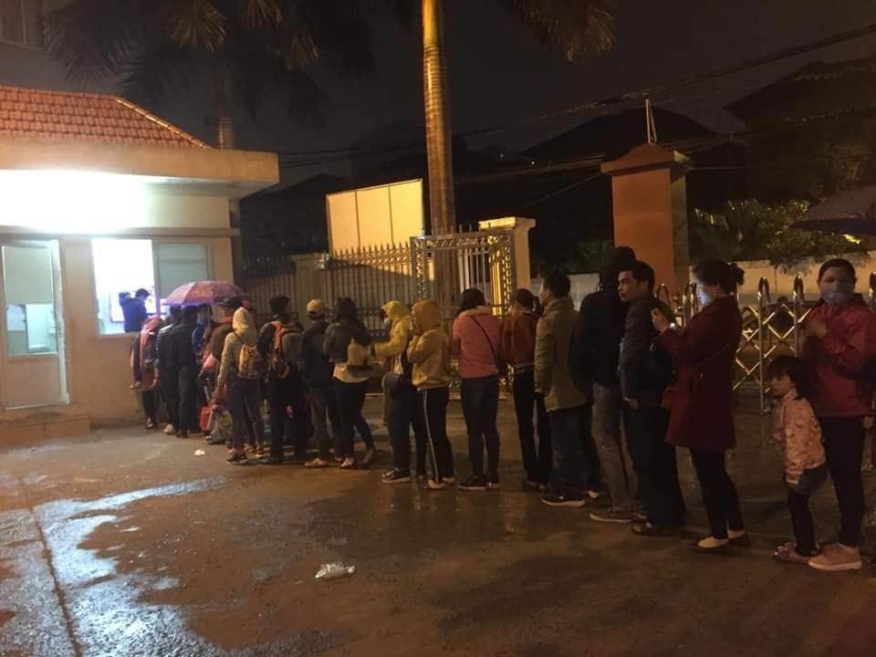 700 gia đình đội mưa, xếp hàng từ 3h sáng chờ xét nghiệm sán lợn-2
