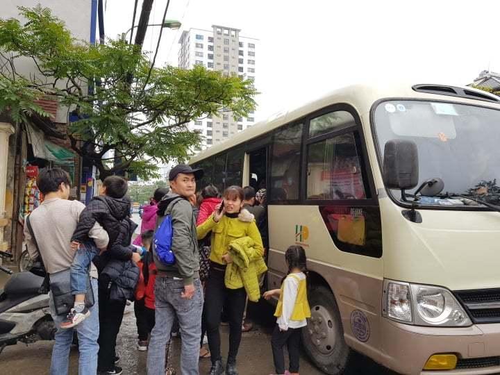 700 gia đình đội mưa, xếp hàng từ 3h sáng chờ xét nghiệm sán lợn-3